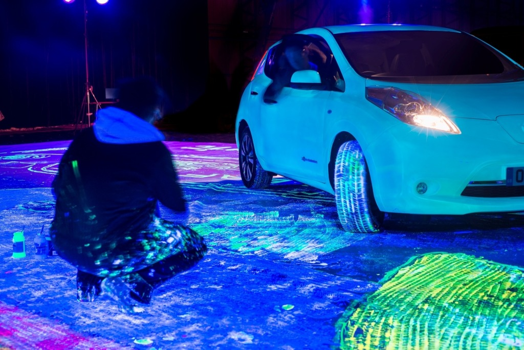 Glow-in-the-dark Nissan LEAF breaks Guinness World Records title for ?Largest Glow-in-the-Dark Painting?