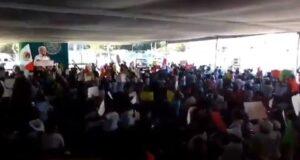 Abucheos y pancartas contra AMLO en Querétaro